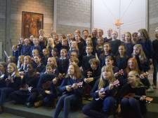 Kinderkoor van basisschool Kantelberg zingt tijdens Hostensviering