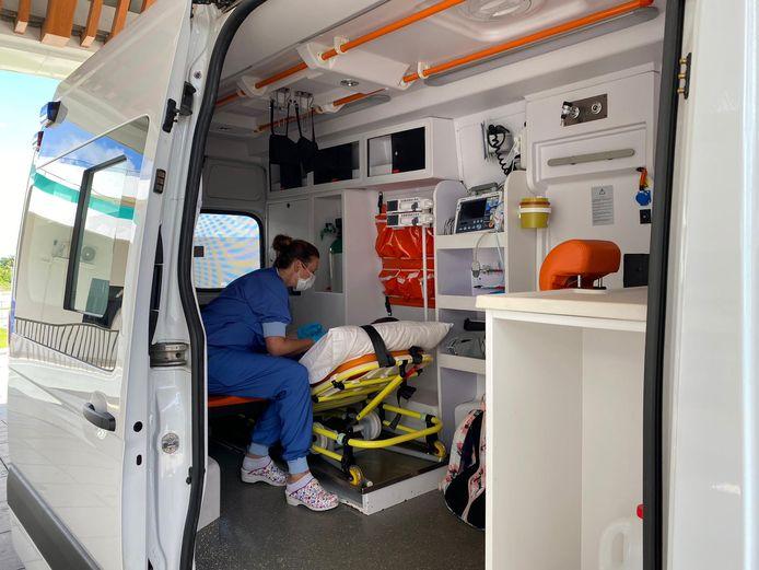 Vlak voor vertrek in de ambulance waarmee Christien een patiënt thuisbracht.