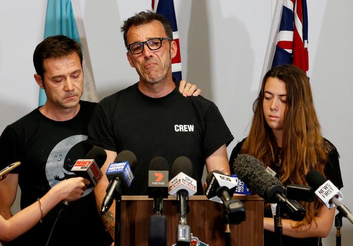Vader Laurent Hayez (C), met links zijn peetvader JP Hayez en rechts zijn nichtje Lisa.