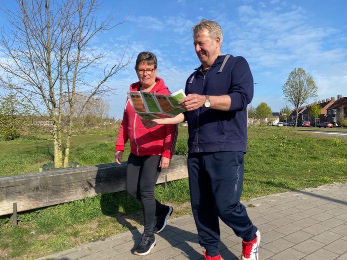 Twee wandelaars zijn onderweg met een Helmonds Ommetje.