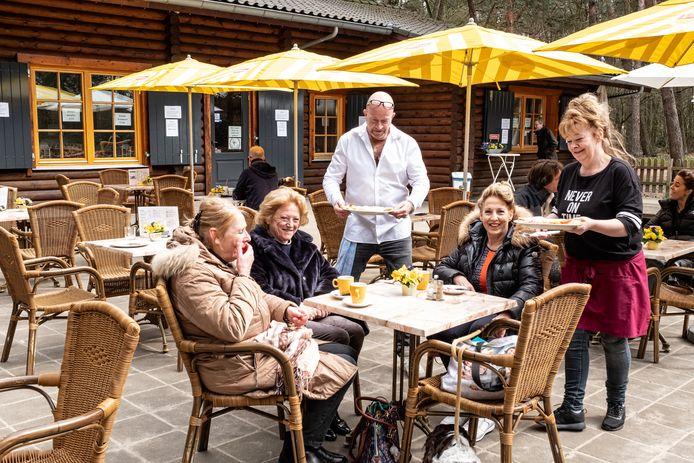 Brasserie De Lange Duinen van uitbaters Ed en Kokkie Beumer heeft alsnog een nieuw huurcontract gekregen.