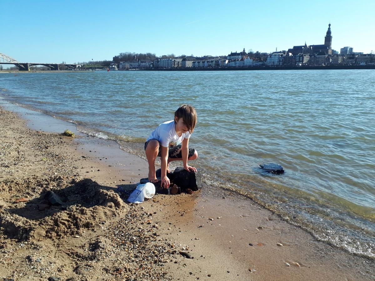 Amelie 8 jaar aan het spelen op het waalstrand. beetje kou maar ze vindt het niet erg.