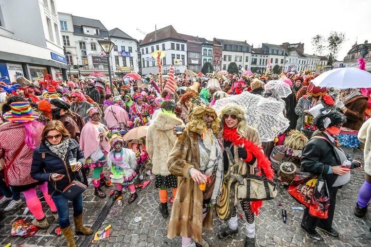 Voil Jeanetten verzamelen op de Grote Markt tijdens Aalst Carnaval. Beeld Florian Van Eenoo photonews