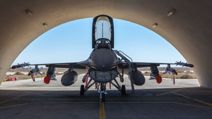 Een Belgische F-16 staat klaar voor een missie tegen IS op een basis in Jordanië.
