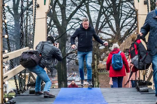 Erik Hulzebosch op schaatsen in het Openluchtmuseum.