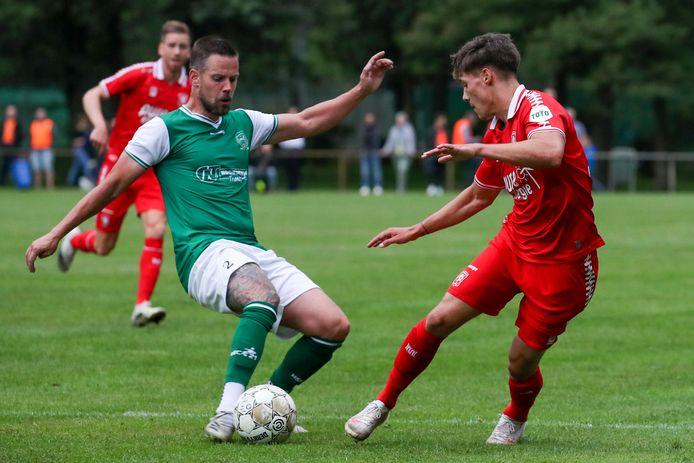Kelvin Veensma aan de bal namens HSC'21 in het oefenduel tegen FC Twente. Als de ploeg zich plaatst voor het hoofdtoernooi van de KNVB Beker wacht er misschien weer een wedstrijd tegen een profclub.