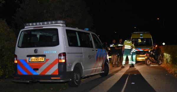 De politie is op zoek naar twee getinte jongemannen duwen Gravenaar van scooter en roven zijn portemonnee.