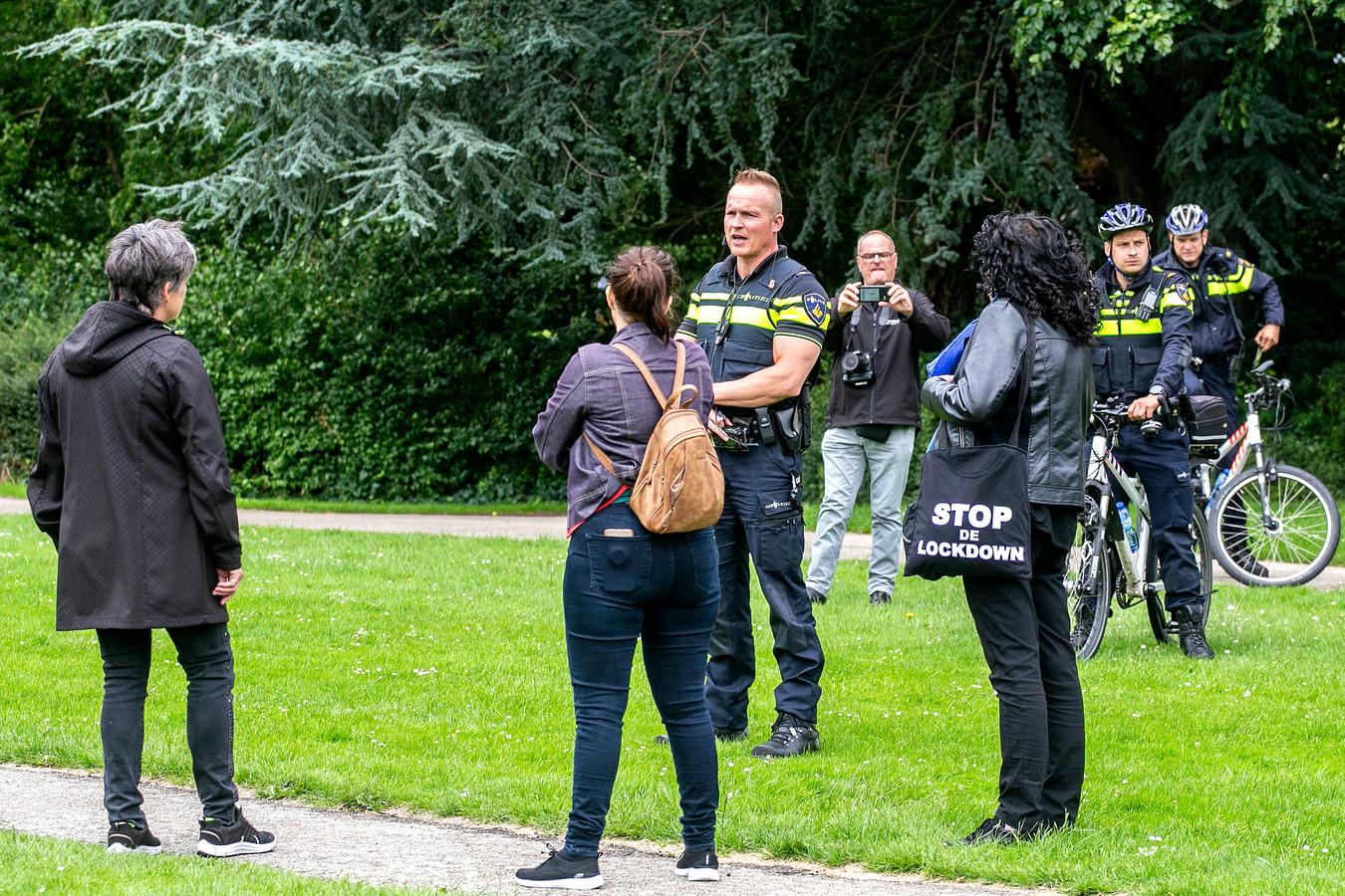 Demonstratie afgelopen zondag tegen de coronamaatregelen in het Weizigtpark in Dordrecht.