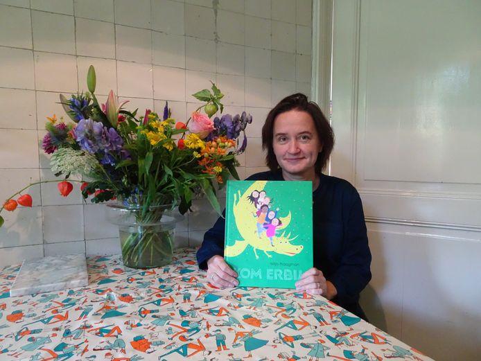 Milja Praagman met het boek dat ze maakte voor de Kinderboekenweek.