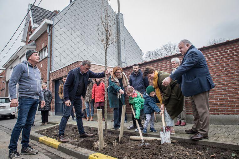 De buurt, burgerinitiatief Meer Bomen in Roeselare en het stadsbestuur, hielpen bij de aanplant van de eerste boom.