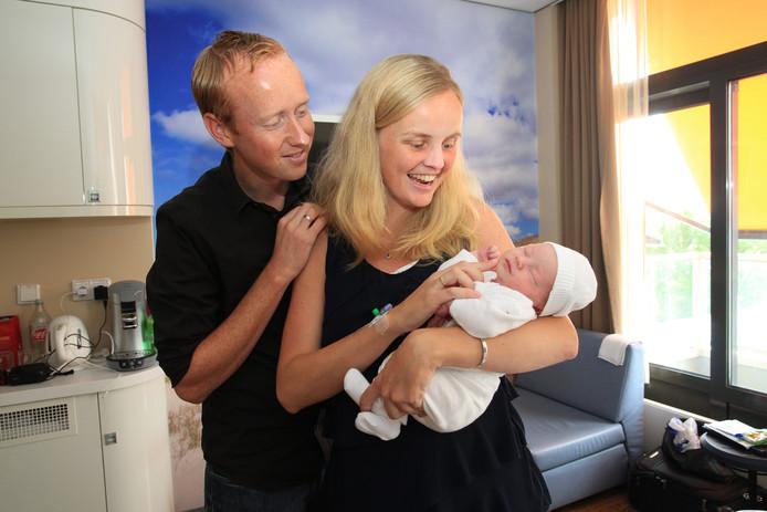 Alies en Dick Bochoven zijn dolgelukkig met hun zoon Luuk, die gisteren werd geboren in het Ikazia Ziekenhuis in Rotterdam.