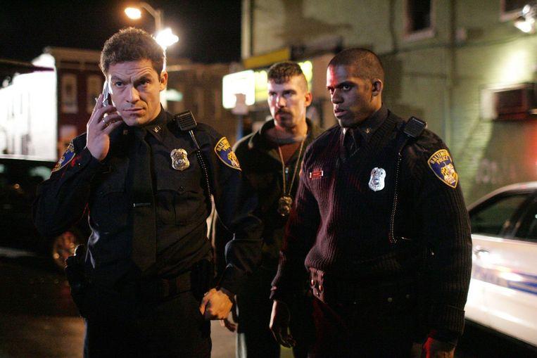 Beeld uit 'The Wire', volgens Seth Meyers de beste televisiereeks ooit. 'Je snapt waarom de politieagenten doen wat ze doen, waarom de drugsdealers doen wat ze doen en waarom de dokwerkers doen wat ze doen.' Beeld HBO