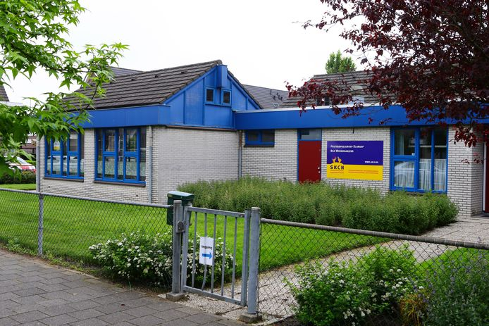 Het pand van de Regenboogschool in Schoonrewoerd: een klein deel wordt nog gebruikt door kinderopvangorganisatie SKCN, na de zomer lopen er ook weer basisscholieren, zo is de bedoeling.