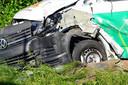 Twee gasflessen lekten mogelijk na het ongeluk tussen een busje en vrachtwagen in Oosterhout.