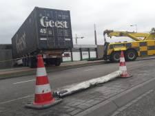 Vrachtwagen ramt magazijn Bergs bedrijf: 'Als er iemand binnen was geweest, had ie het niet naverteld'