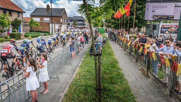 Een passage van de renners in de Kerkdreef, aan OC De Kernelle in Beveren-Leie