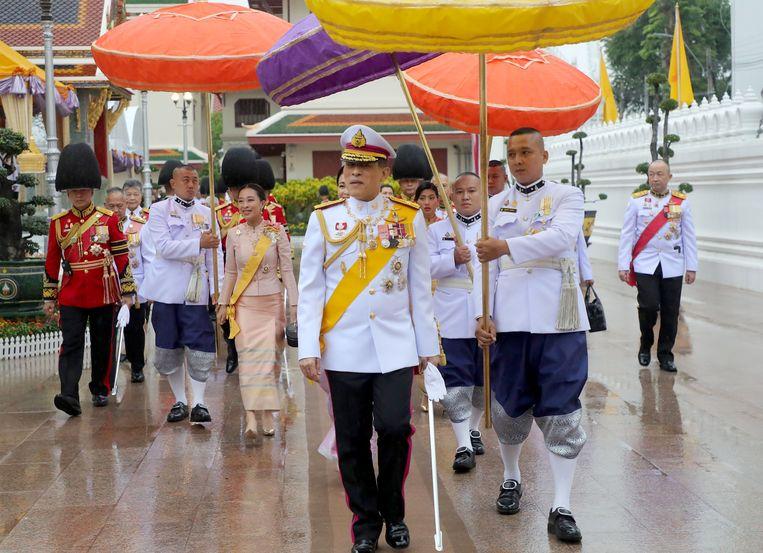 Koning Vajiralongkorn heeft maandag, de derde dag van zijn bezoek aan Thailand, enige achterstand weggewerkt bij de uitvoering van zijn taken als staatshoofd. In het koninklijk paleis in Bangkok ontving hij premier generaal Prayut Chan-o-cha. Beeld EPA