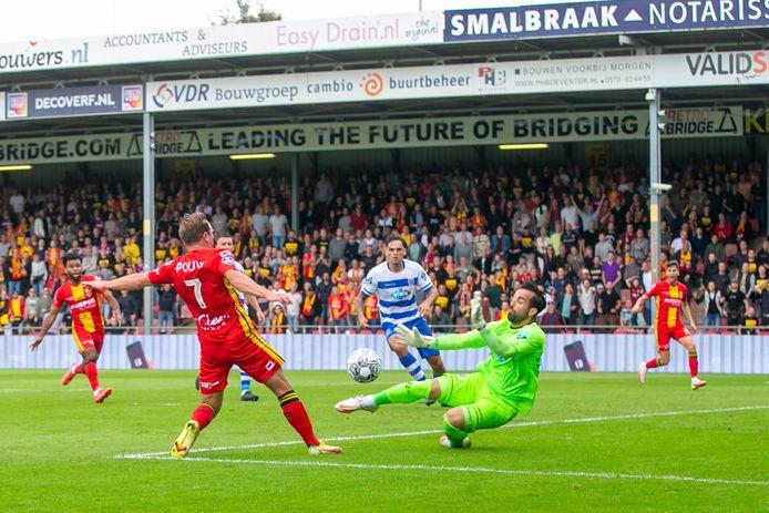 PEC-doelman Kostas Lamprou maakt zich breed en houdt de Zwollenaren in de wedstrijd. Martijn Berden van Go Ahead Eagles ziet zijn inzet geblokt.