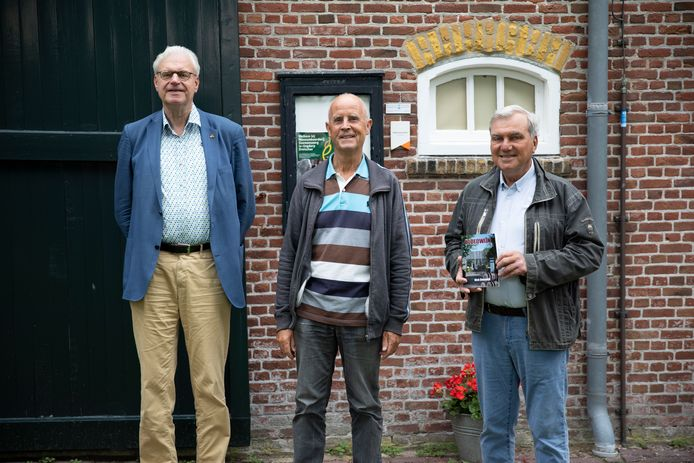 Cees van Liere (l) overhandigde het eerste exemplaar van het nieuwe boek Bloedwijn van Dick Doeswijk (m) een Kees Buth, één van de top-vrijwilligers van museumboerderij Goemanszorg in Dreischor.