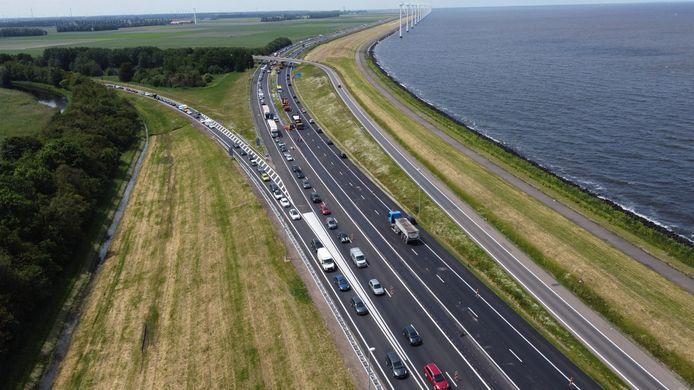 Een beeld van de file die vanmiddag ontstond op de A6 voor de Ketelbrug.