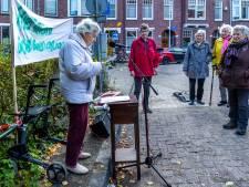 Joan (93) demonstreert tegen de afvalcontainer: 'Leve de vuilnisman, hoera, hoera, hoera!'