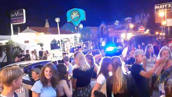 Beelden van 8 juli, toen in Albufeira de militaire politie opgeroepen werd omdat honderden Nederlandse jongeren de coronaregels aan hun laars lapten.