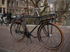 Juri's klassieke fiets uit 1956 is wéér gestolen, en dus staat hij weer flyers uit te delen
