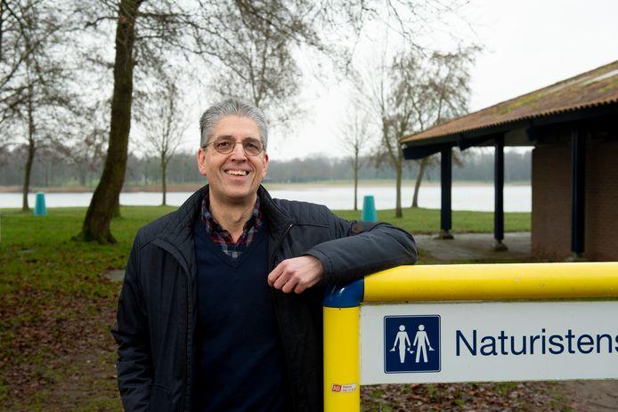Naturist Stefan van Beurden bij het naaktstrand van recreatieplas Bussloo.