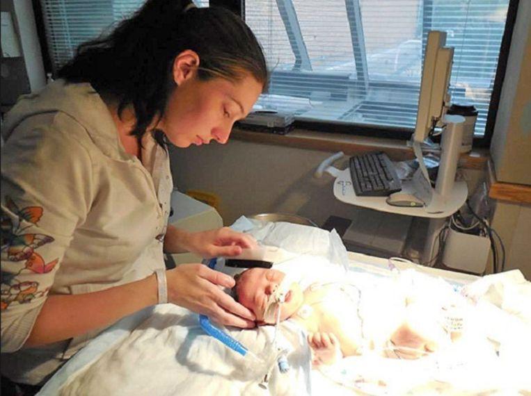 Moeder Ashlee met kleine Ryan in het hospitaal