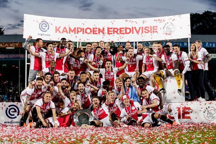 De selectie en staf van Ajax vieren het landkampioenschap op de Vijverberg.