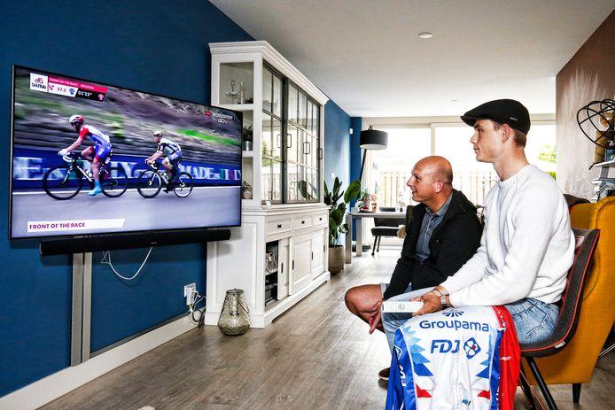 Marijn van den Berg (rechts) kijkt met zijn vader Richard naar de verrichtingen van zijn oudere broer Lars, die tijdens de Giro op kop rijdt.