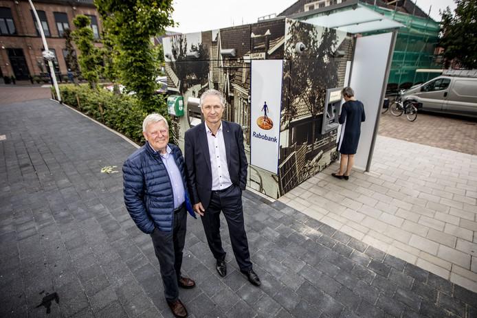 De opgepimpte geldautomaat waarover in Ootmarsum veel te doen is geweest. Nu is er en oplossing waar iedereen tevreden over is. Op de foto Henk Eertman (L) en Richard de Way