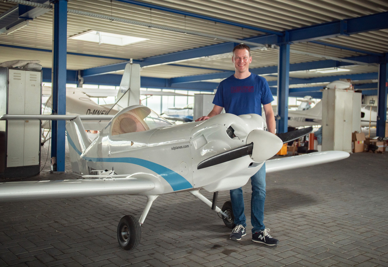 """Willem bij het vliegtuigje dat ie zelf aan het bouwen is: een 1-persoons toestel van nog geen 1.50 meter hoog. """"Ik vlieg volledig op zicht."""""""