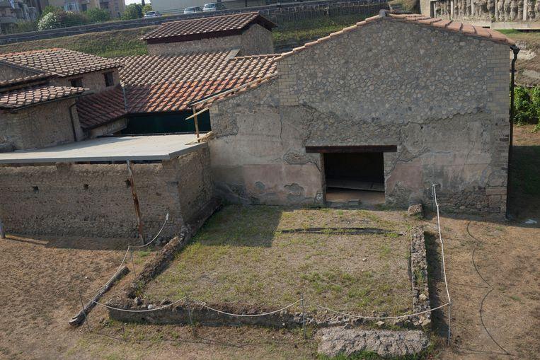 Zicht op de graanschuur en aanpalende dorsvloer van Villa Regina in Italië. Beeld Astrid van Oyen