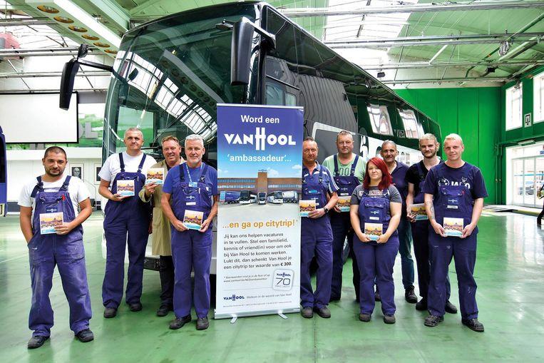 Deze medewerkers van Van Hool kregen al een Bongo-bon omdat ze nieuw personeel aanbrachten.