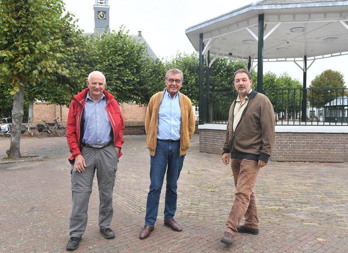 De dorpsraad wil levendigheid en kleur op het dorpsplein, vlnr: Bert Fleurbaay, Peter Holtring en voorzitter Guido Herwig