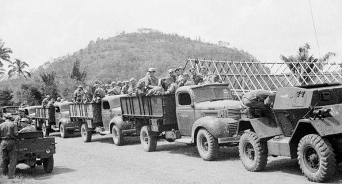 Nederlandse militaire kolonne tijdens de politionele acties in Indonesie in 1947.<br />