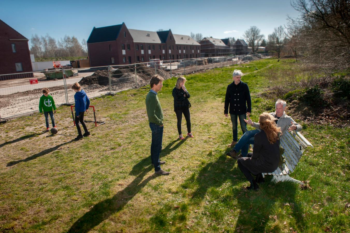 De bewoners van de Kampdijklaan en omgeving voelen zich door de gemeente Vught voor de gek gehouden. Het plan voor een 'dorpstuin' is gereduceerd tot een grasveld met wilde bloemen.