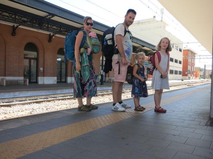 Kiki (39) en haar gezin in Italië, toen haar jongste dochter vier maanden oud was.