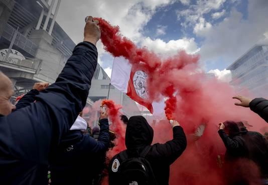 Supporters van Ajax vieren na het duel met FC Emmen bij de Johan Cruijff ArenA de 35e landstitel uit de clubhistorie.