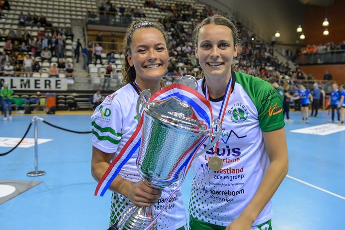Paulien Barendrecht (rechts) viert met Esmee Martens het winnen van de beker.