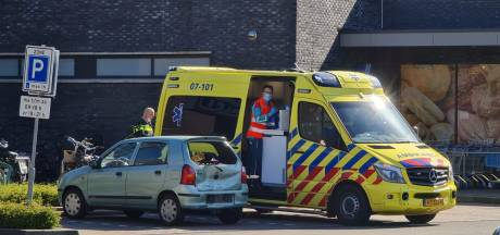 Echtgenoot rijdt plots vol gas achteruit: vrouw in Barneveld gewond bij het instappen