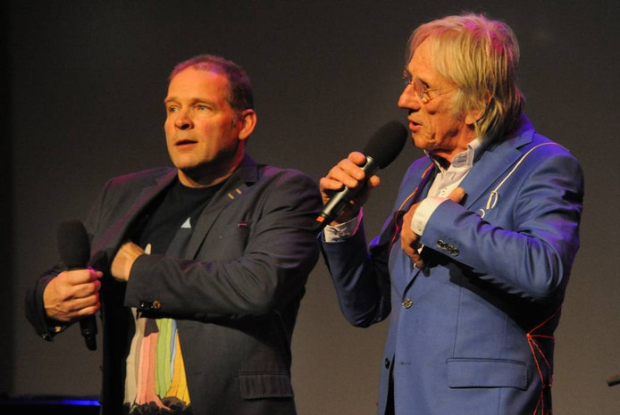 Erik van Muiswinkel (l) en Freek de Jonge, de presentatoren van de benefietavond voor Podium Reimerswaal.