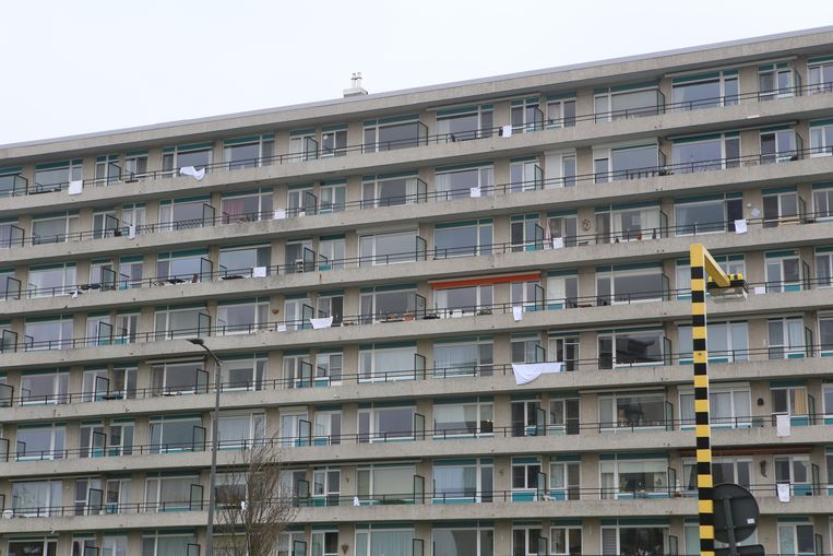 Heel wat mensen hangen een witte vlag.