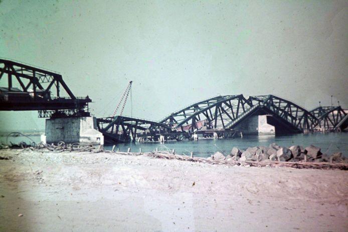 De door de Duitsers opgeblazen Moerdijkbruggen.