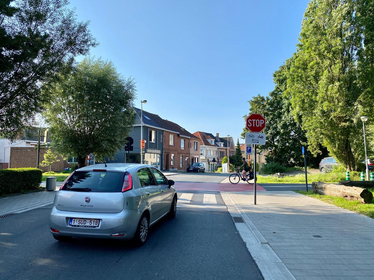 De oversteekplaats aan de Eeklostraat: auto's moeten stoppen