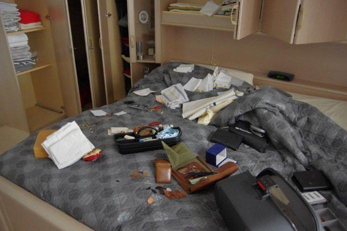 De ravage die de inbrekers bij de familie Moubis achterlieten in de slaapkamer.