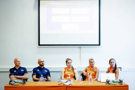 Bondscoach Jamie Morrison en assistent-bondscoach Marko Klok (links) tijdens een persconferentie van het nationale vrouwenvolleybalteam.