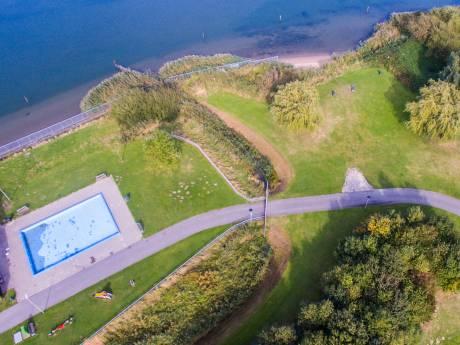 Oude Tol nog één keer op de schop: Zwembaai langs Spui verder uitgegraven