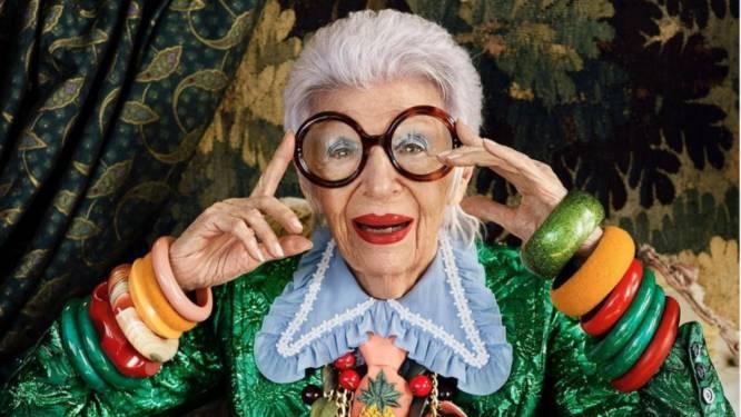 """Iris Apfel viert 100ste verjaardag: zo werd ze een onsterfelijk mode-icoon. """"Ze belichaamt waar we nu naar snakken"""""""
